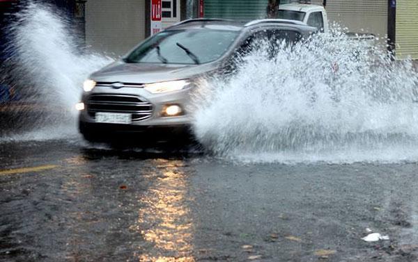 Mưa lớn gây ngập trên đường phố Vũng Tàu.
