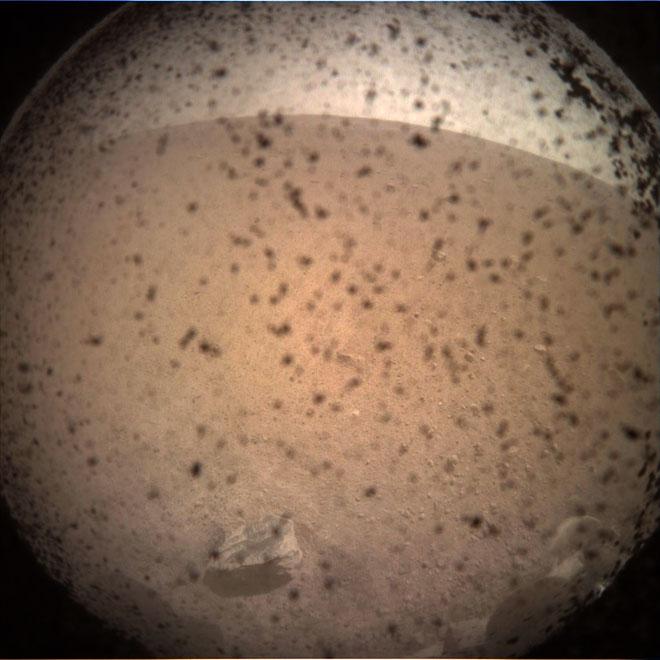 Hình ảnh đầu tiên về sao Hỏa được tàu Insight ghi lại.