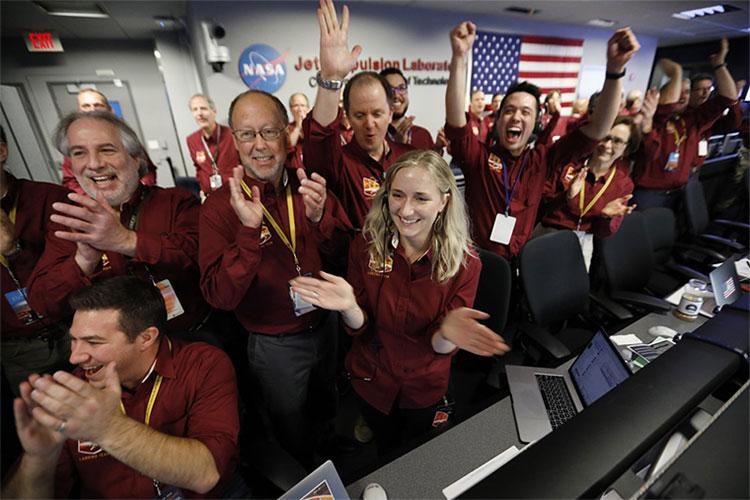 Các nhân viên điều khiển tại Phòng thí nghiệm phản lực của NASA ở Pasadena vui mừng khi tàu hạ cánh an toàn