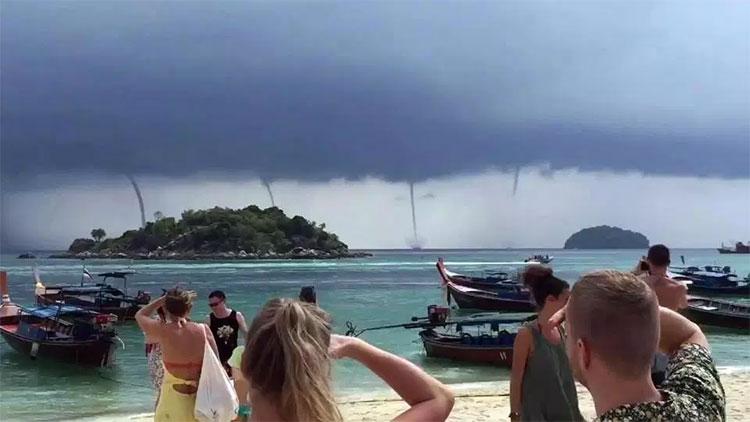 Cảnh tượng hiếm gặp này được rất nhiều người dân và du khách ghi lại.