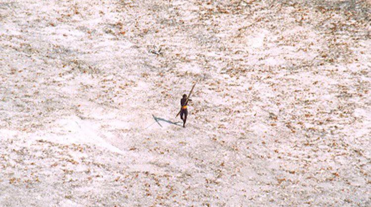 Một thanh niên Sentinel giương cung, bắn thẳng về hướng máy bay trực thăng.