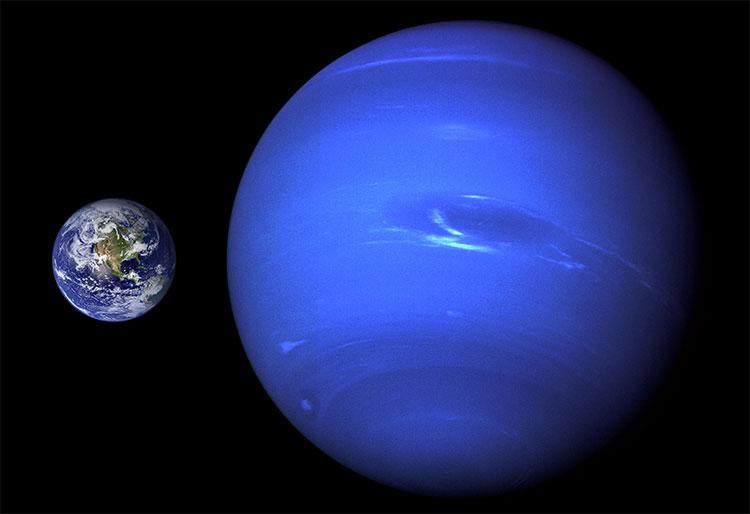 So sánh kích cỡ của sao Hải vương và Trái đất.