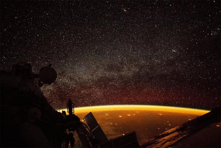Quầng sáng màu vàng bao phủ vỏ ngoài Trái Đất được chụp từ Trạm Vũ trụ Quốc tế (ISS) hôm 7/10.