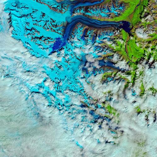 Băng tan thành từng dòng trên thềm băng Lowell tại Công viên quốc gia Kluane, Canada.