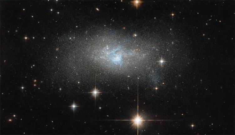 Kính viễn vọng Hubble hôm 26/9 thu được hình ảnh một luồng sáng xanh dương di chuyển qua thiên hà mang ký hiệu IC 4870.