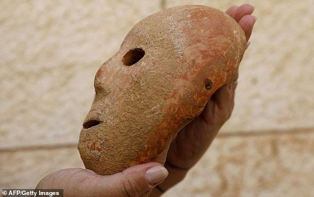 Bốn lỗ khoan cho thấy mặt nạ được dùng để đeo.