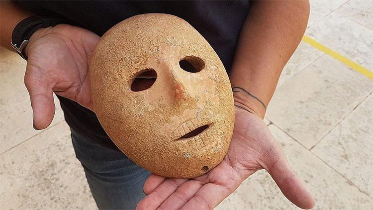 Mặt nạ 9.000 năm tuổi bằng đá sa thạch ở Israel.