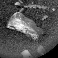 Robot NASA điều tra khối đá lạ sáng bóng trên sao Hỏa