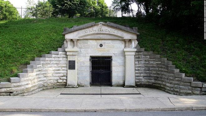 Hầm mộ lưu giữ hài cốt của Lincoln ở nghĩa trang Oak Ridge Springfield, Illinois.