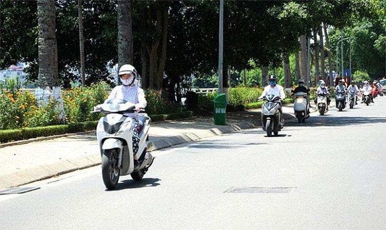 Có những ngày đầu đông Hà Nội nắng gay gắt vào buổi trưa.
