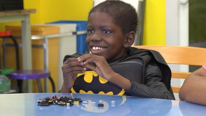 Cameron mặc bộ trang phục Batman trong một chương trình truyền hình