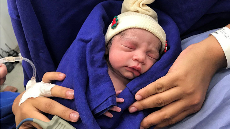 Hình ảnh em bé đầu tiên sinh ra từ tử cung hiến của người đã qua đời.