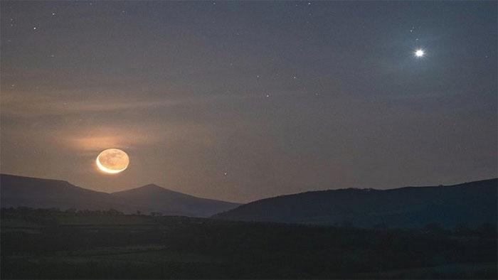 Sao Kim xuất hiện rực sáng trên bầu trời nước Anh khiến nhiều người dân hoang mang.