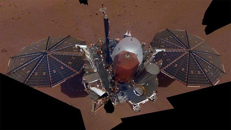 Tàu InSight trong bức ảnh tự sướng đầu tiên.