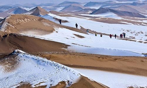Tuyết trắng bao phủ những đụn cát.