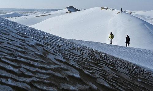Sa mạc Ba Đan Cát Lâm đổi màu trắng xóa do tuyết.