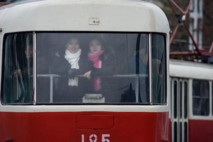 Hai cô gái xinh đẹp trên một phương tiện công cộng ở Bình Nhưỡng.