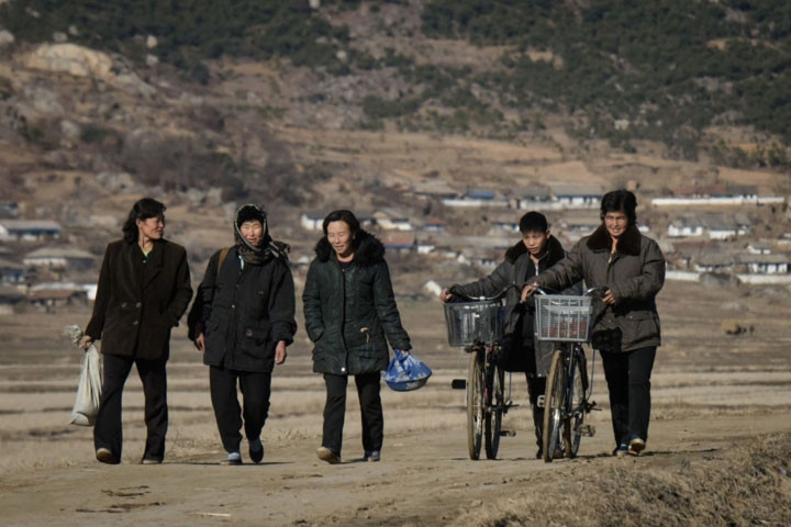 Một nhóm người đi bộ dọc theo con đường gần thị trấn Sonchon của Triều Tiên.