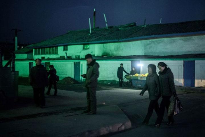 Hình ảnh cuộc sống thường ngày trên các con phố ở Sinuiju.