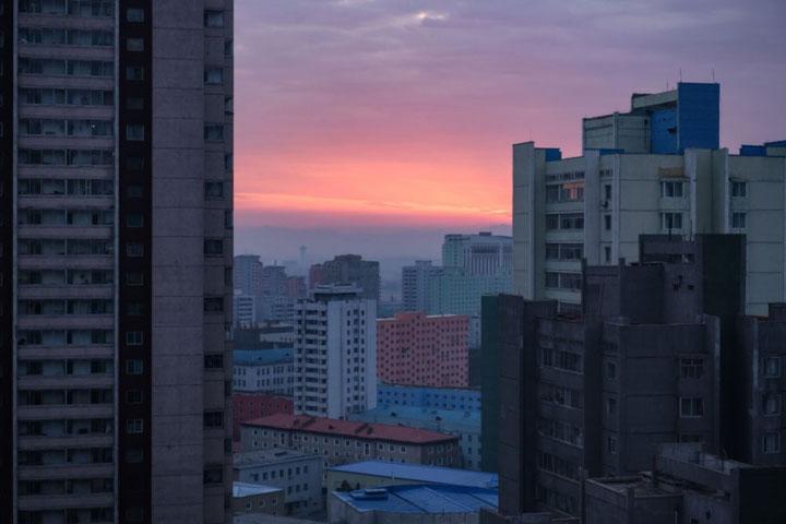 Một góc nhìn khác về thủ đô Bình Nhưỡng nhìn từ trên cao trong ánh hoàng hôn.