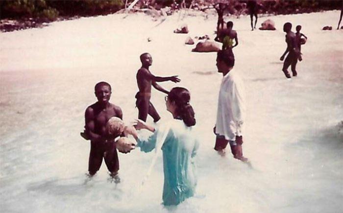 Madhumala ném nhiều dừa hơn xuống nước, rồi cô nhanh chóng nhảy xuống nước cùng người Sentinel.