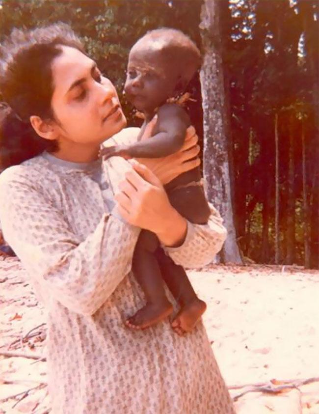 Madhumala bế một em bé của bộ tộc Jarawa.
