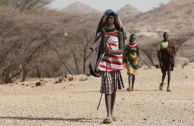 Trung bình một người phụ nữ Turkana phải đi bộ 19km mỗi ngày để tìm nước.