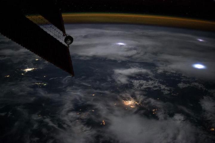 Sét chủ yếu là những đốm sáng nhỏ màu xanh hoặc trắng lập lòe trên trời đêm.