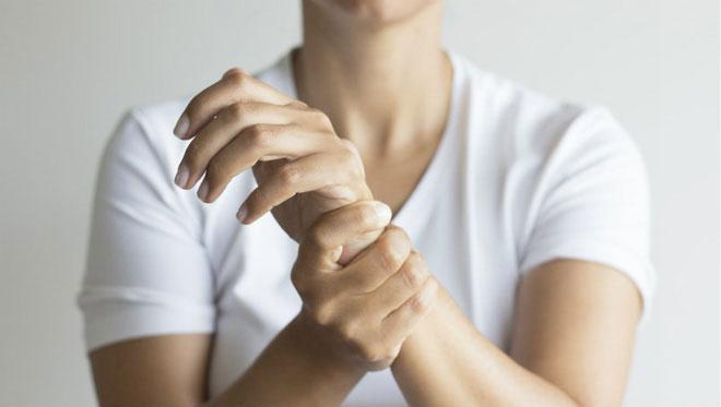 Việc tiếp xúc với nhiệt độ thấp kèm theo gió lạnh sẽ khiến tay dễ gặp phải tình trạng buốt và tê cứng.