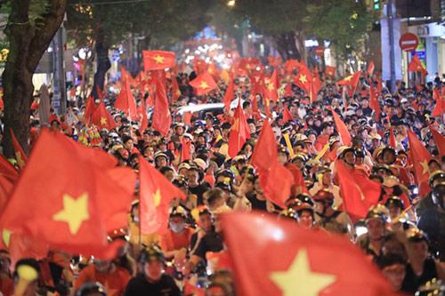 Cổ động viên ăn mừng chiến thắng của đội tuyển Việt Nam trên đường Đồng Khởi