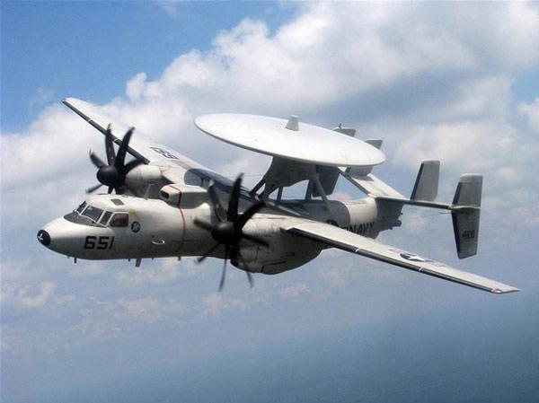 Một chiếc E-2C Hawkeye được phân bổ cho VAW-120 bay trên bầu trời Jacksonville, Florida