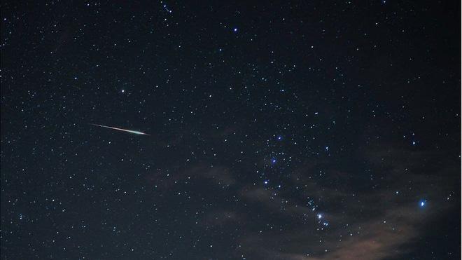 Vệt sao băng lướt qua bầu trời vào khoảng nửa đêm ở Australia