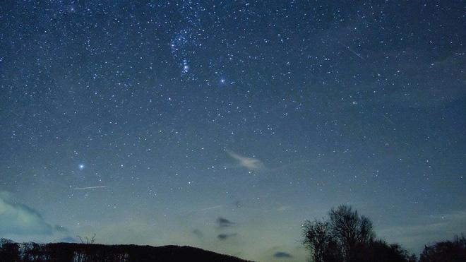 Mưa sao băng Geminid, sao chổi Wirtanen, cụm sao Pleiades, chòm sao Orion cùng được quan sát từ khu vực gần núi Diablo ở Arizona, Mỹ