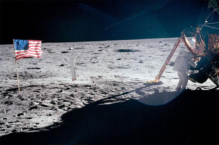 Bức ảnh duy nhất chụp toàn thân Neil Armstrong khi ông đang bước xuống khỏi module Eagle vào 20/07/1969.