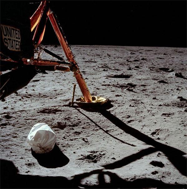 Túi rác của Apollo 11 được NASA để xuống bề mặt Mặt Trăng.