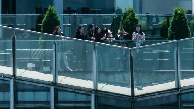 Nhóm khách nữ đang dọa đẩy chuột Mickey nhồi bông xuống khỏi tòa tháp chọc trời!!!