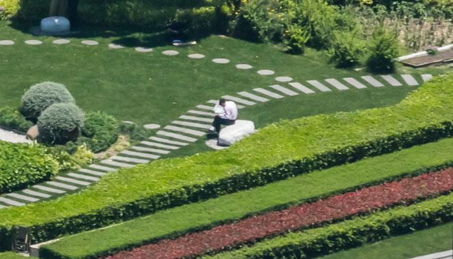 Thanh niên ngồi đọc báo một mình trên ghế-đá, nhìn thương phết!