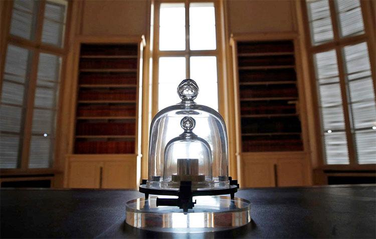 Nguyên mẫu kilogram quốc tế trong hầm an toàn ở Paris.