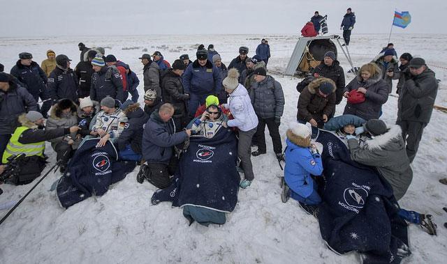 Tình nguyện viên chăm sóc các phi hành gia lúc trở về