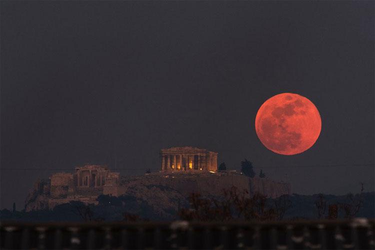 """Thế giới gọi hiện tượng trăng """"3 trong 1"""" hiếm gặp này là """"Super Blood Blue Moon""""."""