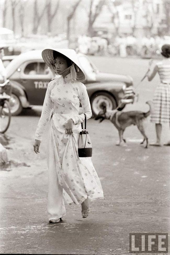 Sau khi cải tiến, áo dài Việt Nam trở nên gợi cảm, tinh tế và thu hút hơn.