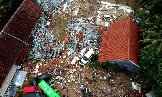 Nhiều công trình không được gia cố đều bị cơn sóng giật đổ, chỉ còn một số ngôi nhà vẫn đứng vững.