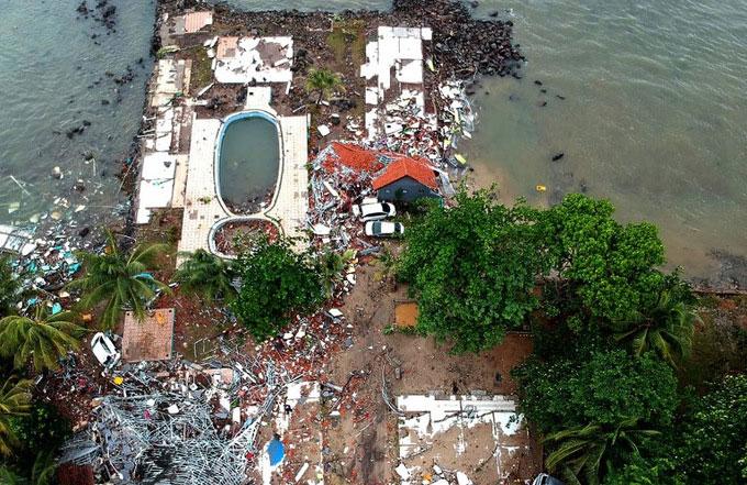 Một khu nhà nghỉ với bể bơi sát bờ biển ở Carita bị sóng thần san phẳng trong tối 22/12.
