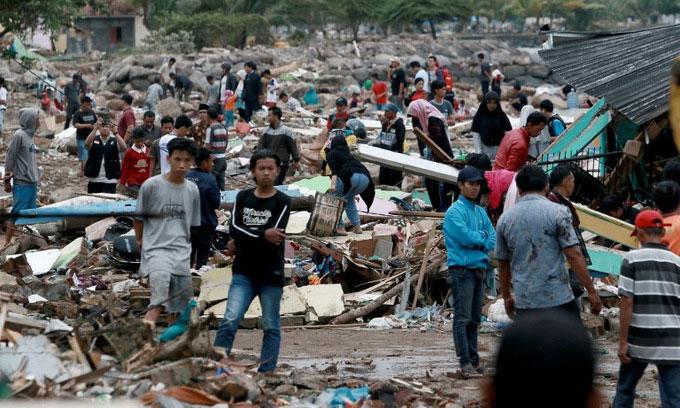Những người sống sót tìm đồ đạc trong đống đổ nát ở bờ biển Nam Lampung vào chiều 23/12.