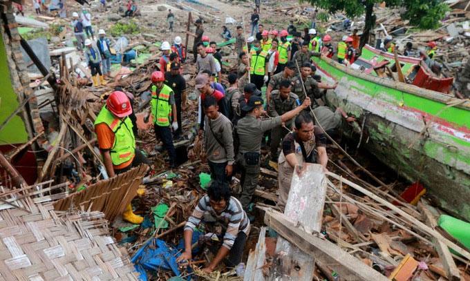 Lực lượng cứu hộ đào bới các đống đổ nát để tìm người sống sót trong ngày 23/12.