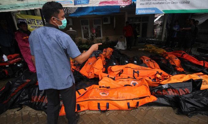 Nhân viên cứu hộ đếm số lượng thi thể thu được tại Nam Lampung vào chiều 23/12.