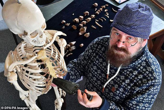 Bác sĩ pháp y đang mô tả lại cách án mạng kinh hoàng diễn ra trên mô hình xương người