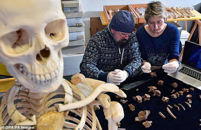 Bác sĩ pháp y Frank Ramsthaler (trái) và nhà nhân chủng học Nicole Nicklisch phân tích các phần của thi hài vị hoàng tử cổ đại