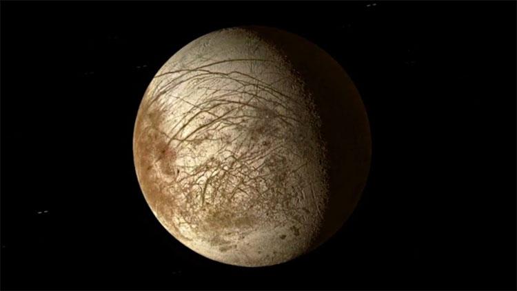 Lớp băng trên bề mặt Mặt trăng Europa được cho là có độ dày từ 20 - 30km.