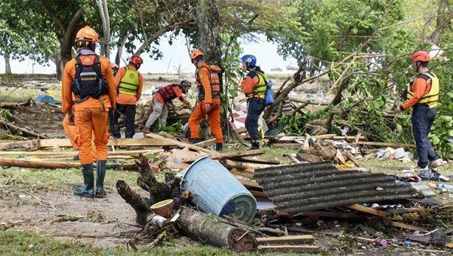 Các nhân viên cứu hộ đang tiếp cận tại các bờ biển của Java và Sumatra để tìm kiếm những người sống sót